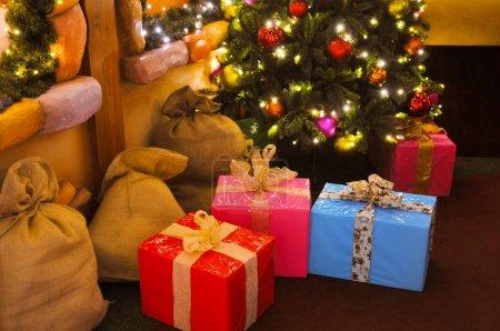 Photo pour Cadeaux de Noël colorés sous le pin . - image libre de droit