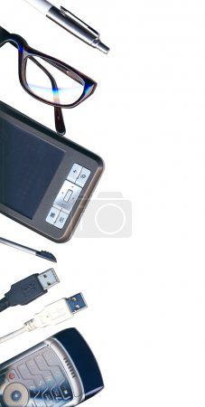 Photo pour Bureau mobile : pda, téléphone, stylo et cabines USB isolés sur blanc avec chemin de coupe - image libre de droit