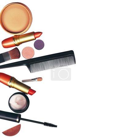 Photo pour Pinceau de maquillage et cosmétiques, sur fond blanc isolé, avec chemin de coupe - image libre de droit