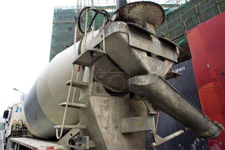 Photo pour Mélangeur camion-béton sur chantier - image libre de droit