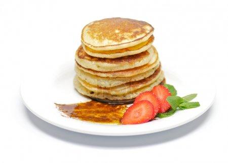 Photo pour Beignets de crêpes à la fraise et folioles de menthe - image libre de droit