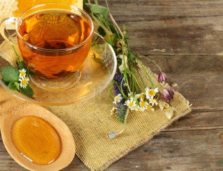 Photo pour Thé et miel sur fond - concept d'alimentation biologique - image libre de droit