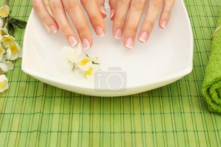 Photo pour Spa mains - manucure dans un salon de beauté - image libre de droit