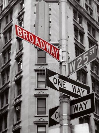 Photo pour Broadway rouge signer dans une photo noir et blanche des signes de la ville de new york - image libre de droit