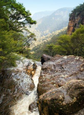 Photo pour Rivière coule à travers les rochers dans les Blue Mountains, Australie - image libre de droit