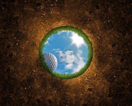Foto de Cayendo por el precipicio en el orificio de la pelota de golf - Imagen libre de derechos