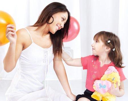Photo pour Brunette femme et enfant jouant - image libre de droit