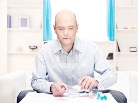 Foto de Hombre de la lente de contacto limpio entorno doméstico - Imagen libre de derechos