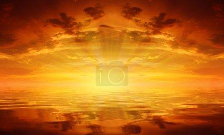 Photo pour Coucher de soleil sur la mer - image libre de droit
