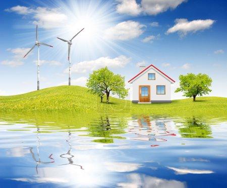 Foto de Casa en paisaje de primavera con turbinas eólicas - Imagen libre de derechos