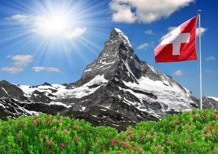 Photo pour Belle montagne Cervin avec drapeau Suisse - swiss alps - image libre de droit