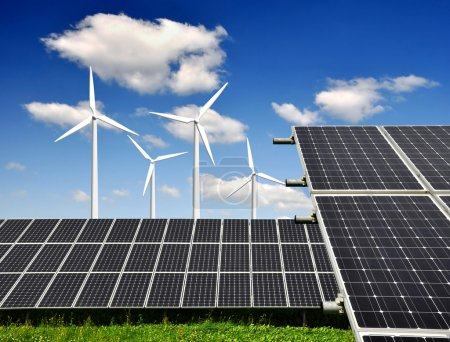 Foto de Los paneles solares y turbina eólica con cielo azul - Imagen libre de derechos