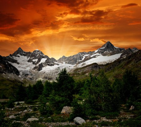 Photo pour Lever de soleil sur l'Ober Gabelhorn - Alpes suisses - image libre de droit