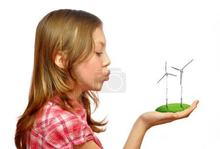 Foto de Chica que sopla en las turbinas de viento sobre fondo blanco - Imagen libre de derechos