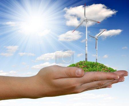 Foto de Turbina de viento en la mano en el cielo azul - Imagen libre de derechos