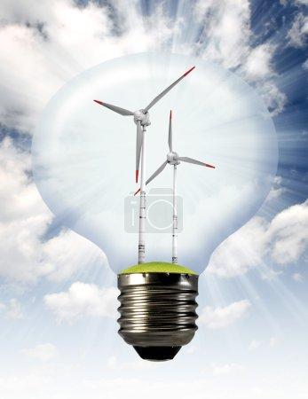 Foto de Turbina de viento en la bombilla en el cielo azul - Imagen libre de derechos