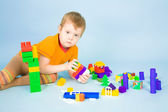 Malý chlapec s hračkami