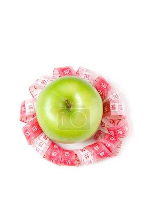 Photo pour Image de pomme verte et ruban à mesurer isolé sur blanc - image libre de droit