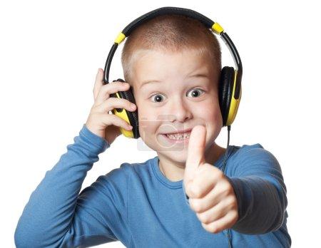 Photo pour Jeune garçon au casque donnant les pouces vers le haut de signe - image libre de droit
