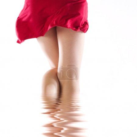 Photo pour Coquine robe rouge pichenette vers le haut par derrière, les couleurs de Noël - image libre de droit