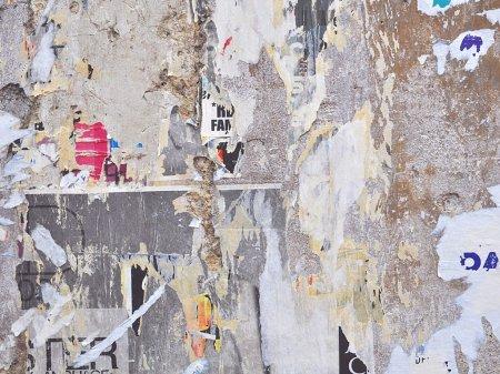 Photo pour Mur de grunge avec des affiches - fond grunge urbain - image libre de droit
