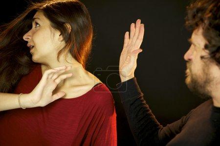 Foto de Hombre mujer golpea en la cara abofeteándola con un gran aplauso - Imagen libre de derechos