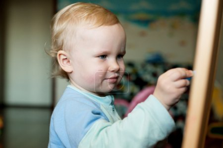 Photo pour Bébé dessinant de la craie sur un tableau noir dans ma chambre - image libre de droit