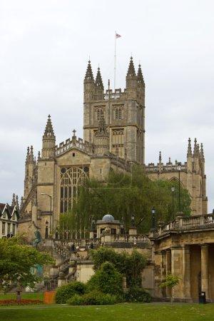 Photo pour Abbaye de Bath, vu à travers les jardins de Parade (église de Saint Pierre et Saint Paul) Royaume-Uni - image libre de droit