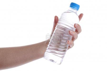 Photo pour Main de femme tient une bouteille d'eau. isolé sur blanc. - image libre de droit