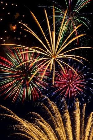 Photo pour Remplissage d'explosions multiples, feu d'artifice coloré le ciel nocturne dans la célébration. - image libre de droit