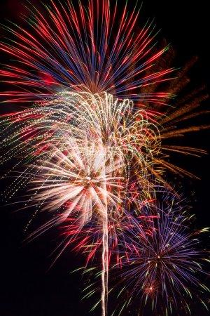 Photo pour Multiples, feu d'artifice coloré qui explose dans le ciel nocturne. - image libre de droit
