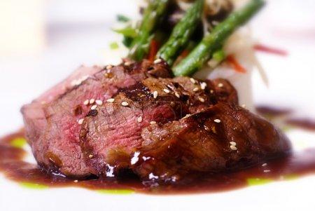Photo pour Un steak de mignon de filet de gourmet au restaurant étoile cinq. - image libre de droit