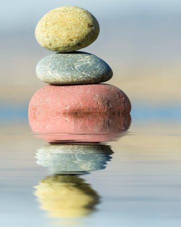 Photo pour Réflexion dans l'eau de la pierre sur un fond ciel - image libre de droit