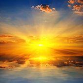 Dramatické západ slunce nad jezerem