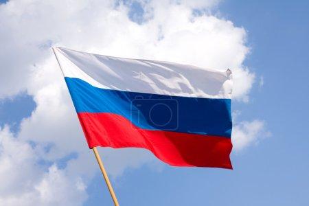 Photo pour Drapeau russe sur un fond bleu de ciel - image libre de droit