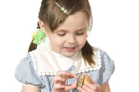 Photo pour La belle petite fille tient doux et sourit sur fond blanc de près - image libre de droit