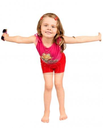 Foto de La hermosa niña, en pleno crecimiento, las manos en los lados diferentes, sonrisas, aislados, sobre un fondo blanco - Imagen libre de derechos