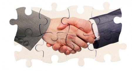 Serrer la main à l'intérieur des pièces du puzzle
