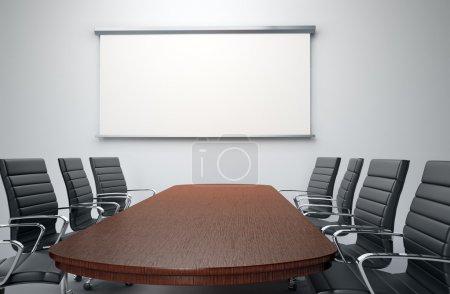 Photo pour Salle de conférence avec chaises vides et écran de projecteur - image libre de droit