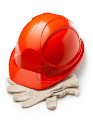 Photo pour Casque de sécurité rouge avec gants - image libre de droit