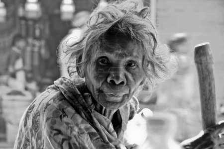 Photo pour DEHLI - 21 octobre. Femme de quatre-vingts ans mendiante dans les rues de Pahar Ganj le 21 octobre 2007, Delhi, Inde. Mendier à Pahar Ganj peut être arrêté. - image libre de droit