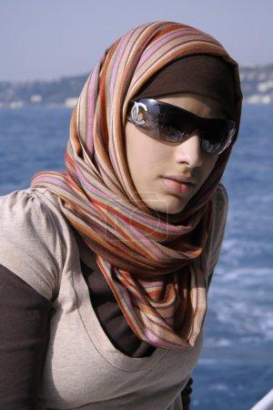 Photo pour Istanbul, Turquie - 25 juillet 2007. élégant saoudien sur le bateau du Bosphore avec foulard et des lunettes de soleil - image libre de droit