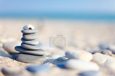 Photo pour Pieu de galets sur la plage avec flou de fond - image libre de droit