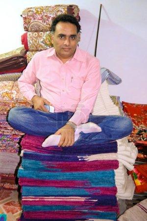 Человек, сидящий на ткани