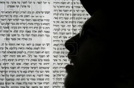 """Photo pour Meron, Israël - 6 mai 2007. Silhouette de pèlerin Lag Ba'omer devant l """"écriture d'affiches hébraïques pendant le festival de pèlerinage juif - image libre de droit"""