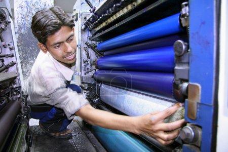 Photo pour Série de photos : quatre processus d'impression couleur, delhi, Inde - image libre de droit