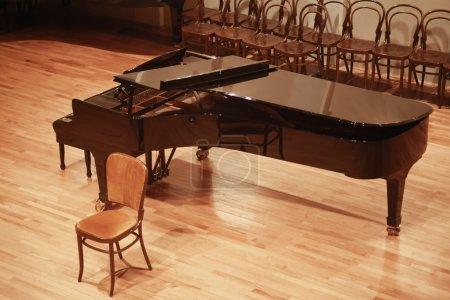 Photo pour Ouvrez le piano à queue sur scène pour le concert à zagreb, Croatie - image libre de droit