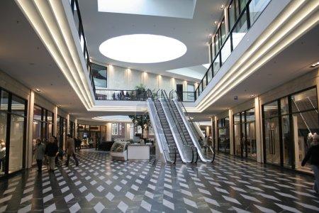 Photo pour Centre commercial et escaliers mécaniques - image libre de droit