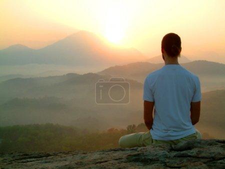 Photo pour Méditation au lever du soleil - image libre de droit
