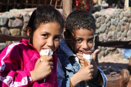 Photo pour Dahab - le 23 janvier. enfants Bédouins locaux, appréciant les plaisirs de la culture occidentale à dahab, Égypte. - image libre de droit